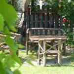 Schattenplatz mit rustikalen Gartenmöbeln